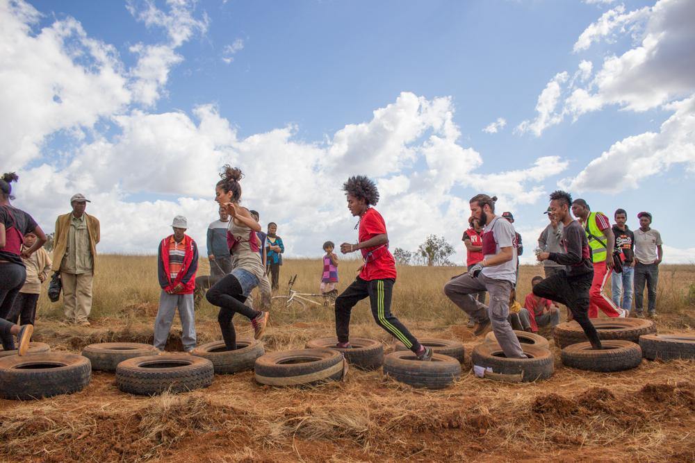 Obstacle courir dans des pneus