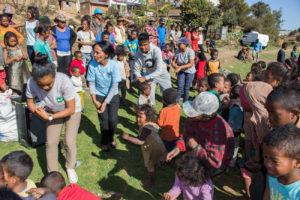 danse avec les enfants et bénévoles