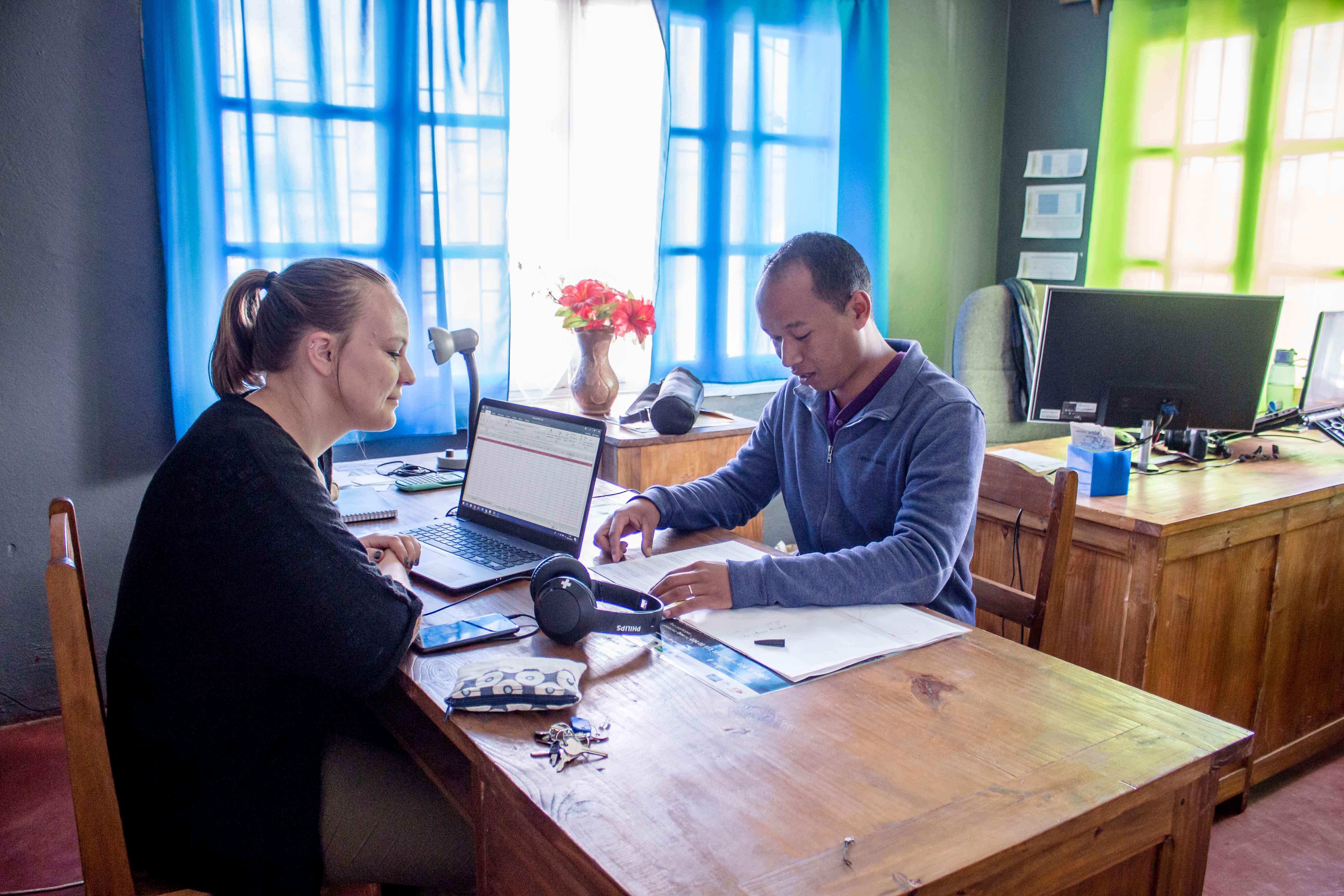 Mathilde et Tsitoha au bureau