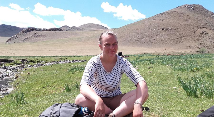 Mathilde devant un paysage